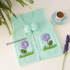 Fotoğraf açıklaması yok. Crochet Baby Poncho, Knitted Poncho, Tunisian Crochet, Crochet Clothes, Diy Clothes, Poncho Knitting Patterns, Baby Pullover, Ribbon Design, Baby Sweaters