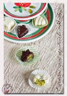 Ricetta semplicissima, descritta e fotografata passo passo per preparare a casa dei golosissimi cioccolatini al pistacchio di Bronte
