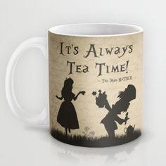 """Alice in Wonderland mok """"het is altijd thee tijd!"""" Mad Hatter mok Alice in Wonderland citeer mok of keramische mok koffie mok Tea Cup Stars Disney, Alice In Wonderland Mug, Disney Mugs, Disney Art, Walt Disney, Cuppa Tea, Mad Hatter Tea, Cool Mugs, My Cup Of Tea"""