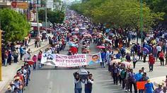 """Féretro de maestro encabeza marcha de la #CNTE en Chiapas """"en repudio a la represión"""" de @EPN y @aurelionuno"""