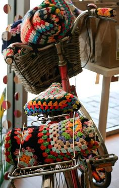 Reminds me to make a new seat cover for my bike. And that I need a basket. And a red bike. And crocheted handlebars. And to learn how to crochet! Love Crochet, Crochet Granny, Beautiful Crochet, Knit Crochet, Granny Chic, Manta Crochet, Yarn Bombing, Bunt, Crochet Projects