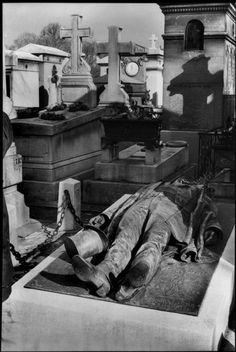 Henri Cartier-Bresson, Tombe du journaliste Victor Noir, Père Lachaise, Paris, France, 1962. © Henri Cartier-Bresson/Magnum Photos.
