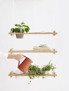 Riippu on Samuli Helavuon suunnittelema, ripustettava hyllyjärjestelmä. Riippu monipuolistaa kasvien kasvatuksen mahdollisuuksia ja antaa tavaroiden säilyttämiselle uudenlaiset raamit. Hyllyn voi sijoittaa seinälle, ikkunan eteen tai riippumaan vapaasti tilassa. Valmistettu Etelä-Pohjanmaalla, Jurvassa.  Hakola Huonekalu Oy, www.hakola.fi. #habitare2016 #design #sisustus #messut #helsinki #messukeskus