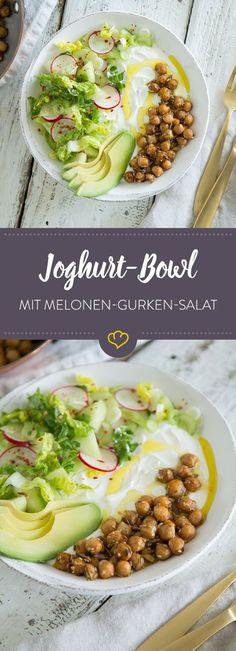 An heißen Tagen gibt es nichts besseres als diese Bowl: kühler Joghurt, lauwarme Kichererbsen und knackiger Salat mit süßen Melonenstücken.