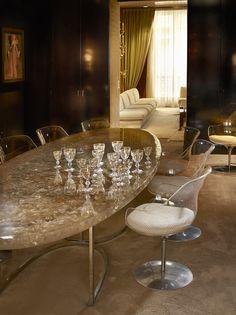 Dans cet appartement, le temps semble s'être arrêté en 1979, année où son propriétaire en a commandé le décor aux créateurs, artistes ou artisans qui comptaient à l'époque et que l'on aime toujours aujourd'hui. Une parenthèse ouatée de luxe et de raffinement.