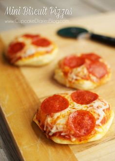 Mini Biscuit Pizzas from CupcakeDiariesBlo. - These little pizzas are SO easy to make and the kids LOVE them! A favorite at our house by a landslide. Cupcake Recipes, Snack Recipes, Cooking Recipes, Snacks, Mini Pizza Recipes, Skillet Recipes, Cooking Gadgets, Easy Cooking, Healthy Cooking