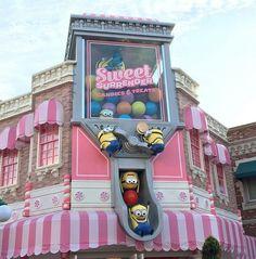 Imagen de universal+studios+japan and minion park Universal Studios Japan, Universal Orlando, Parc A Theme, Disney Aesthetic, Candy Store, Cool Rooms, Amusement Park, Candyland, Retail Design