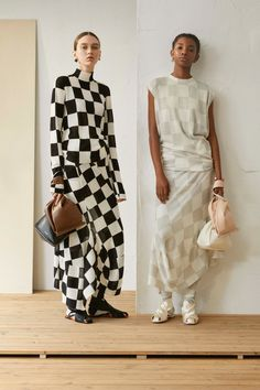 The complete Jil Sander Resort 2019 fashion show now on Vogue Runway. Jil Sander, High Fashion, Fashion Show, Womens Fashion, Fashion Design, Fashion Trends, Fashion Fashion, Baggy Pants, Style Casual