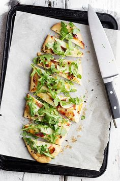 Aged Cheddar, Pancetta, Apple and Arugula Flatbread (with the homemade flatbread recipe). I must be hungry because I can't quit with the food pins today! Would be pretty with a Chenin Blanc! Pasta Pizza, Sauce Pizza, Falafels, Yummy Appetizers, Appetizer Recipes, Appetizer Dishes, Bagels, Great Recipes, Favorite Recipes