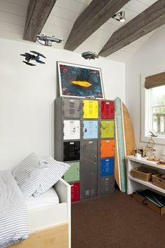 armoire vestiaire métallique, plafond loft et planche de surf