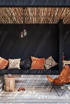 Get inspired by these endlessly stylish and innovative outdoor kitchen design ideas. Outdoor Bbq Kitchen, Outdoor Sinks, Outdoor Kitchen Cabinets, Outdoor Kitchen Design, Outdoor Rooms, Outdoor Walls, Black Outdoor Furniture, Covered Outdoor Kitchens, Beach House Kitchens