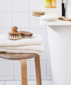 A step-by-step guide on how to dry brush. Dry brushing stimulates the lymphatic system while invigorating the skin. Plus, we rounded up the dry brushing essentials you need. Cellulite Remedies, Cellulite Scrub, Organic Skin Care, Natural Skin Care, Stretch Marks Coconut Oil, Coconut Oil Cellulite, Coconut Oil For Face, Bath Brushes, Body Brushing