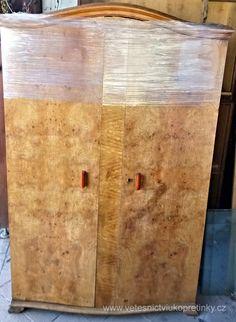Šatní skříň vyrobená z kořenovice, ve velmi zachovalém stavu. Skladem 2 kusy.