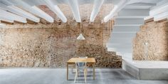 Cette sublime rénovation d'une ancienne maison de village en un lieu moderne et contemporain, se trouve à Sant Feliu de Llobregat, proche de Barcelone. Les