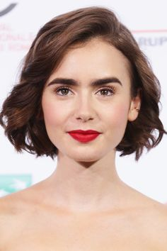 Lily Collins Bob - Lily Collins rocked a short wavy bob at a photocall for 'Love, Rosie' during the Rome Film Festival. Lily Collins Bob, Lily Collins Short Hair, Phil Collins, Wavy Bob Haircuts, Cool Haircuts, Bob Hairstyles, Haircut Short, Pixie Haircut, Short Wavy