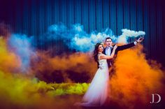 19 Reasons Smoke Bombs Are The Hottest Wedding Photo Trend 19 Reasons Smoke Bombs Are The Hottest Wedding Photo Trend Pre Wedding Poses, Pre Wedding Shoot Ideas, Pre Wedding Photoshoot, Wedding Pictures, Wedding Photography Styles, Bridal Photography, Fotos Strand, Wedding Ideias, What Is Wedding