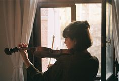 girl, violin, and music image Violin Photography, Photography Poses, Musica Celestial, Mrs Hudson, Foto Art, Sound Of Music, Classical Music, Oeuvre D'art, Orchestra