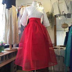 허사랑 7부 철릭 원피스에 물모시 홍색 허리치마 코디. 허리치마를 뭘 입느냐에 따라 느낌이 다르겠죠 #허사랑 #허사랑한복 #한복 #생활한복… Korean Traditional Dress, Traditional Fashion, Traditional Dresses, Korean Dress, Korean Outfits, Modern Hanbok, Japanese Fashion Designers, Culture Clothing, Dress Outfits