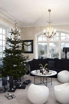 Lad julen begynde! Gør stuen juleklar og mærk, hvordan julestemningen spreder sig i boligen. Her præsenterer vi 15 stemningsfulde julestuer, der sætter prikken over hjemmet i december.
