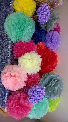 Pom pom kukilla voit koristella juhlapaikan helposti. Löytyy paljon värejä. www.partybubble.fi