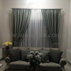 Одна из любимых работ! Тяжелая и очень стильная портьера с легкой гардиной. Переплетающиеся узоры штор в обивке мебели и домашнем текстиле.