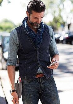 50代 シャンブレーシャツ×ジレ×ジーンズの着こなし(メンズ) | Italy Web