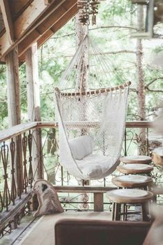 hamac chaise en filet blanc sur la terrasse en bois