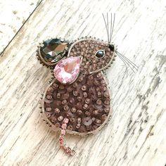 """bijou броши ручной работы on Instagram: """"Готовимся к Новому году🌲❄️🎁 Как вам такой символ 2020? Мне хочется согреть и накормить🥰 🥰🥰 Ну и выгулять на любимом свитерочке) #брошьмышка…"""" Bead Embroidery Jewelry, Embroidery Fabric, Beaded Embroidery, Beaded Jewelry, Women's Brooches, Brooches Handmade, Beaded Brooch, Crochet Earrings, Handmade Accessories"""