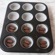 2. Ställ ut 12–15 muffinsformar på en plåt (eller i en muffinsform). Lägg 1–2 Dumlekolor i varje form (valfritt).
