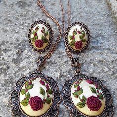 Kolye yapımı Silk Ribbon Embroidery, Hand Embroidery Designs, Embroidery Stitches, Embroidery Patterns, Beaded Jewelry, Handmade Jewelry, Beaded Banners, Polymer Clay Flowers, Jewelery