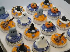 halloween spider cakes and cupcakes images Halloween Desserts, Halloween Cupcakes Decoration, Theme Halloween, Halloween Cookies, Creepy Halloween, Halloween Birthday, Holidays Halloween, Halloween Treats, Happy Halloween