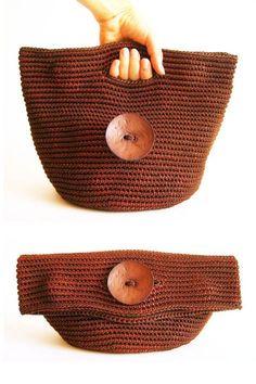 borsa a mano marrone con grande bottone che diventa pochette