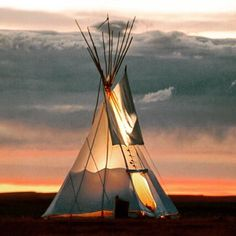 Navajo have an ancient protocol when building  a tipi - set the right intention in silence no cussing doorway facing east the door poles representing an eagle's head the flaps it's wings. The Navajo Way is nature's way. Grounded in the earth and supported by the cosmos. It's utterly fascinating.  Learn more in the heart of Navajo country at Restival in Arizona this September and truly connect - www.restival.global  #navajoway #nature #motherearth #connect #retreat #tipi #sun #painteddesert…
