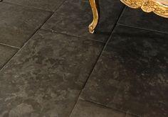 """Kalksten Pillow Dark. Här har Stiltje tagit fram en sten med mycket exklusiv känsla till ett mycket bra pris. Pillow betyder att kanterna på stenen är svagt """" kulliga"""" som en kudde. Detta ger ett mjukt intryck hos golvet. Stenen yta är något borstad och därför inte helt jämn, allt för att ge ett mer exklusivt intryck. Kalksten Pillow dark är en mörkt grå nästan svart sten. Vi rekommenderar att stenen behandlas med STAIN STOP. Denna mörka färg på sten gör den dock mer känslig. Ring oss gärna…"""