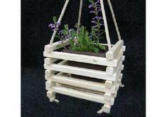 Dřevěný závěsný květináč je vhodný pro pěstování převislých květin. Květináč můžete zavěsit na pergole, na terase nebo na jiném vhodném místě. Květináč můžete také darovat jako dárek pro své blízké.