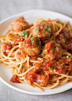 How To Make Meatballs — Cooking Lessons from The Kitchn. If I had known making meatballs was this easy, I would have been making my own all along. These are so much better than the ones I've been getting from the frozen food section. Meatball Recipes, Meat Recipes, Pasta Recipes, Cooking Recipes, Healthy Recipes, Pasta Pizza, How To Make Meatballs, Albondigas, Le Diner