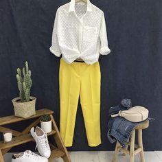 Look printemps-été : chemise blanche en broderie anglaise + pantalon jaune >> http://www.taaora.fr/blog/post/tenue-printemps-ete-pantalon-jaune-chemise-blanche-ajouree-broderie-anglaise #look #outfit