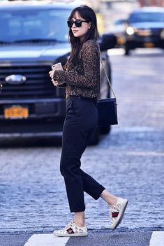 Get the Look: Dakota Johnson's Style Is the Epitome of Effortless Estilo Dakota Johnson, Dakota Johnson Stil, Dakota Johnson Street Style, Dakota Style, Dakota Mayi Johnson, Star Fashion, Look Fashion, Womens Fashion, Fashion Outfits