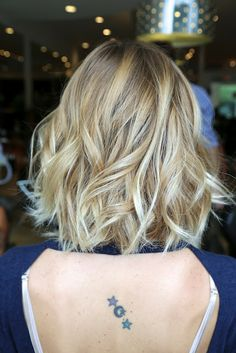 Loose wave in mid-length / shoulder length hair adds texture and avoids 'boring' #JohnnyRamirez