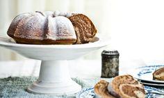 POHANKOVÁ BÁBOVKA 2 šťastná vejce 250 pohankové mouky 125 g bezlepkové polohrubé (nebo pšeničné polohrubé) 1 balíček prášku do pečiva 280 g rýžového sirupu 140 g kokosového oleje (nebo jiný rostlinný olej či máslo) 200 g ovesného mléka vanilkový cukr kůra z jednoho bio citrónu 2 lžíce karobu nebo kakaa špetka soli