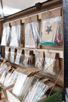 Kaarten presentatie in koffer Gift Shop Displays, Craft Booth Displays, Market Displays, Store Displays, Display Ideas, Diy Necklace Stand, Christmas Craft Fair, Market Stalls, Craft Show Ideas
