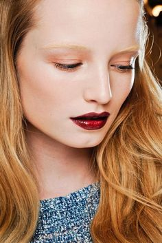 Gucci    Glutrote Metallic-Lippen und porzellanfarbener Teint bei Gucci
