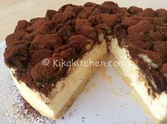 La cheesecake tiramisù è un dolce semplice da preparare. Una torta fredda con savoiardi e crema al mascarpone guarnita con cacao amaro