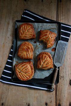 chaussons007 CHAUSSONS AUX POMMES (feuilletage inversé, compte de pommes à la vanille, brunoise de pommes caramélisées)