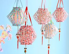 Met bloemenbehang, wat kralen, lint en een gelukspoppetje maak je heel eenvoudig deze mooie Chinese lampionnen