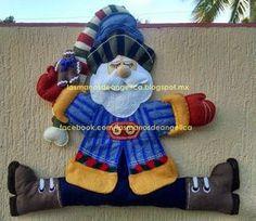 santa sentado 4th Of July Wreath, Smurfs, Ronald Mcdonald, Winter, Character, Ideas, Saints, Tela, Craft