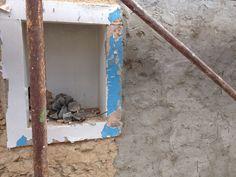 Alvenarias de pedra com argamassa de cal, nunca podem ser revestidas com argamassas cimenticias. Este revestimento num futuro próximo vai apresentar vários problemas, até à desagregação total.
