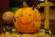 Todos los años, el cole de las cabras celebra un concurso de calabazas. La verdad es que hasta que no tuve hijos no sabía que esa tradición tan estadounidense del Halloween, tiene sus orígenes en Europa. Concretamente en nuestra zona, era una fiesta que celebraban los celtas, era el fin del Legos, Halloween Calabaza, Green Pumpkin, Pumpkin Decorating, Pumpkin Carving, Blog, Diy, Pumpkin Ideas, Not Having Kids