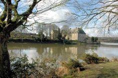 Au cœur de la forêt de Brocéliande, la commune de Paimpont est entourée de marécages. Elle abrite une abbaye, construite au XIIIe siècle, mêlant style classique et style baroque, et des monuments mégalithiques, lieux de contes et de légendes.