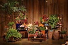 Mesa de doces com decoração rústica tropical para cerimônia nas cores vermelho, laranja, amarelo e verde.    Casamento no Jardim Leopoldina | Decoração Rústico Tropical | Vestida de Noiva | Blog de Casamento por Fernanda Floret